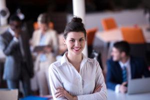 foto de uma mulher feliz, satisfeito com a gestão de benefícios da empresa.