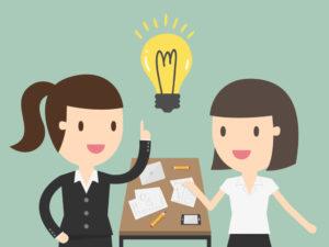 ilustração de duas mulheres tendo idéias de como fazer um programa de benefícios.